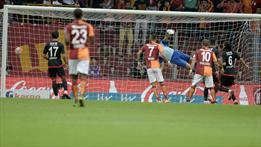 Denayer'den harika orta, Podolski'den uçarak kafa!